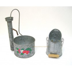 LOT 2 DECOS METAL GALVANISE POMPE A BRAS ET MINI-SEAU